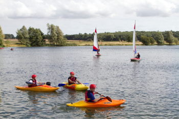 conningbrook-lakes-kayaking-on-the-lake